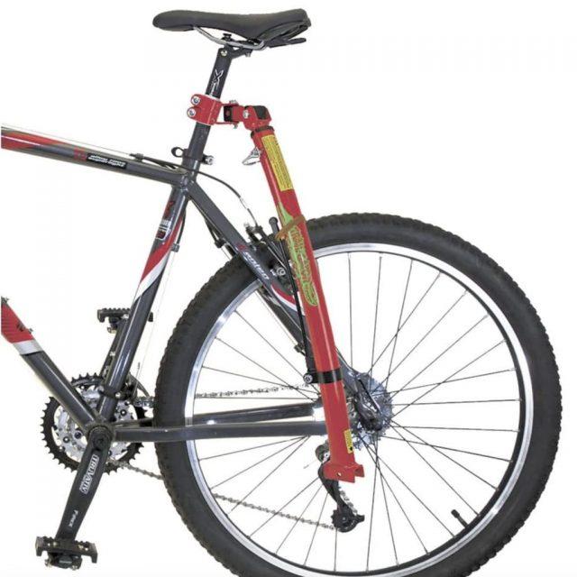 Barra de remolque enganchada a la barra del sillin de la bicicleta del adulto
