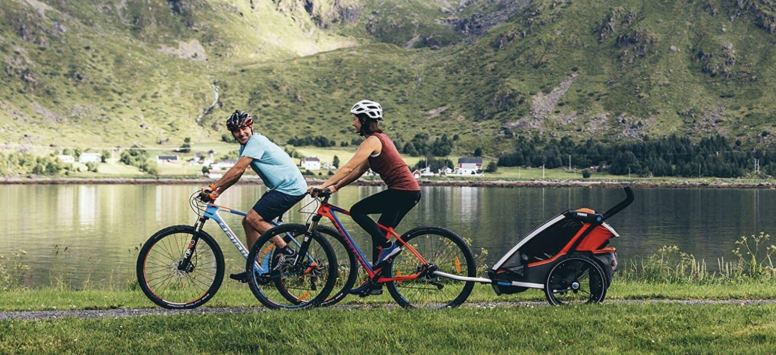 Remolques infantiles de bicicleta Thule padres llevando a niño