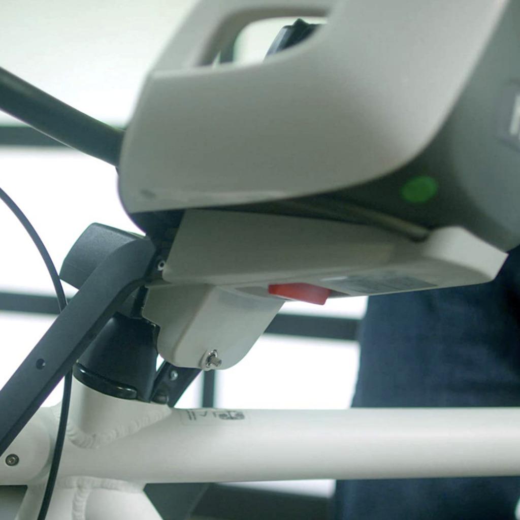 Botón de liberación rápida situado debajo del asiento del Hamax Observer