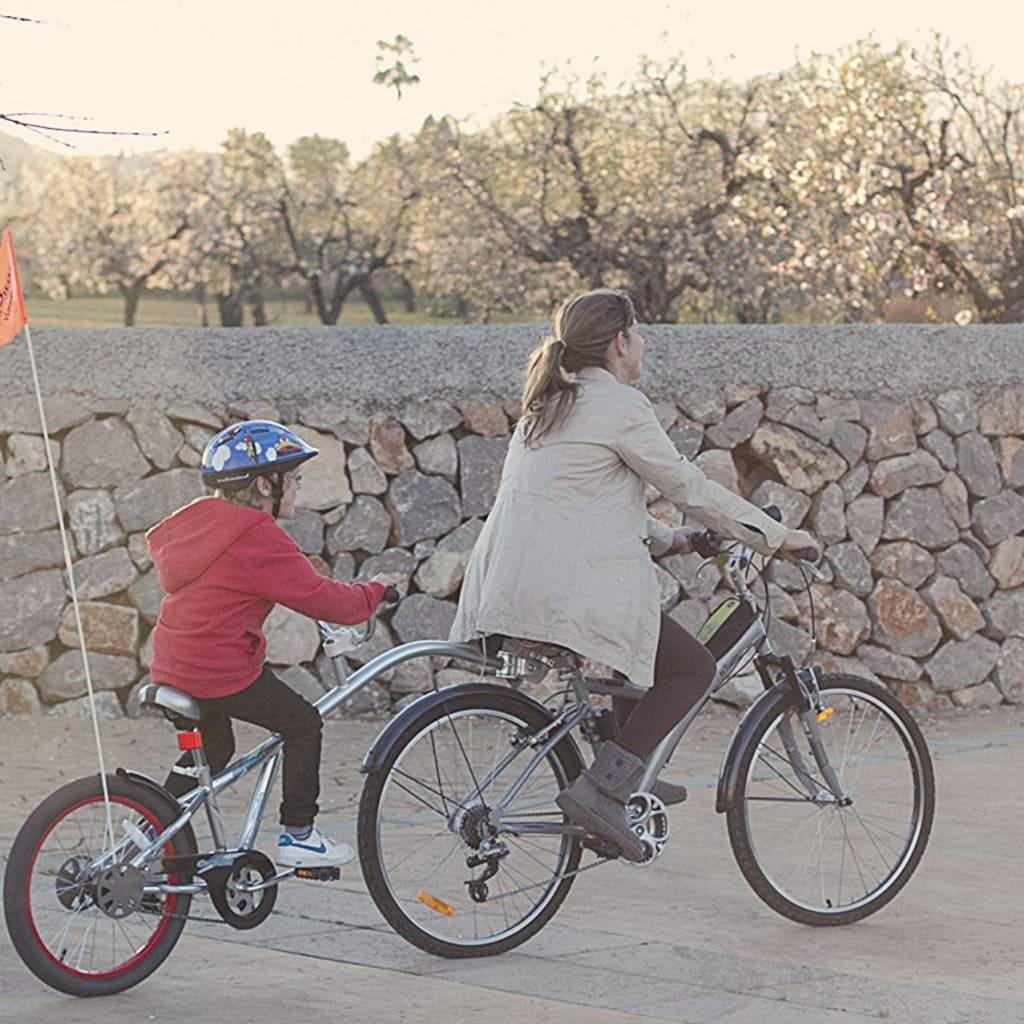 Madre remolcando a su hijo en la bicicleta de remolque Weeride CoPilot
