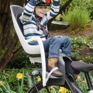 Niño montado sobre su asiento de bicicleta trasero Hamax Caress