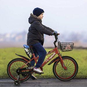 Niño sobre una bicicleta con ruedines
