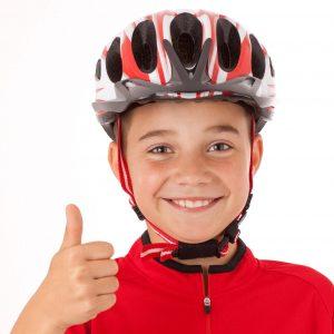 niño con casco infantil colocado correctamente