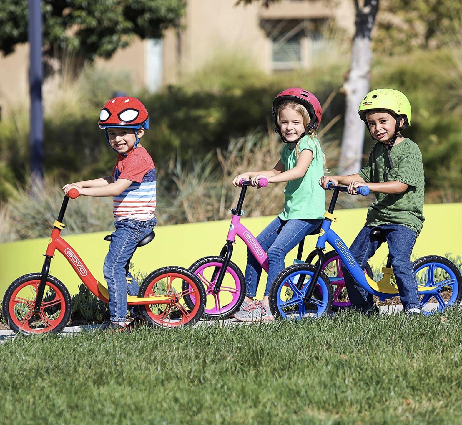 Tres colores diferentes de la bicicleta sin pedales Gomo