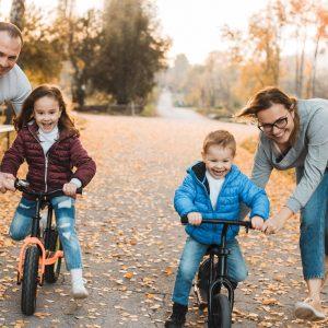 Hijos aprendiendo a ir en bicicleta de equilibrio