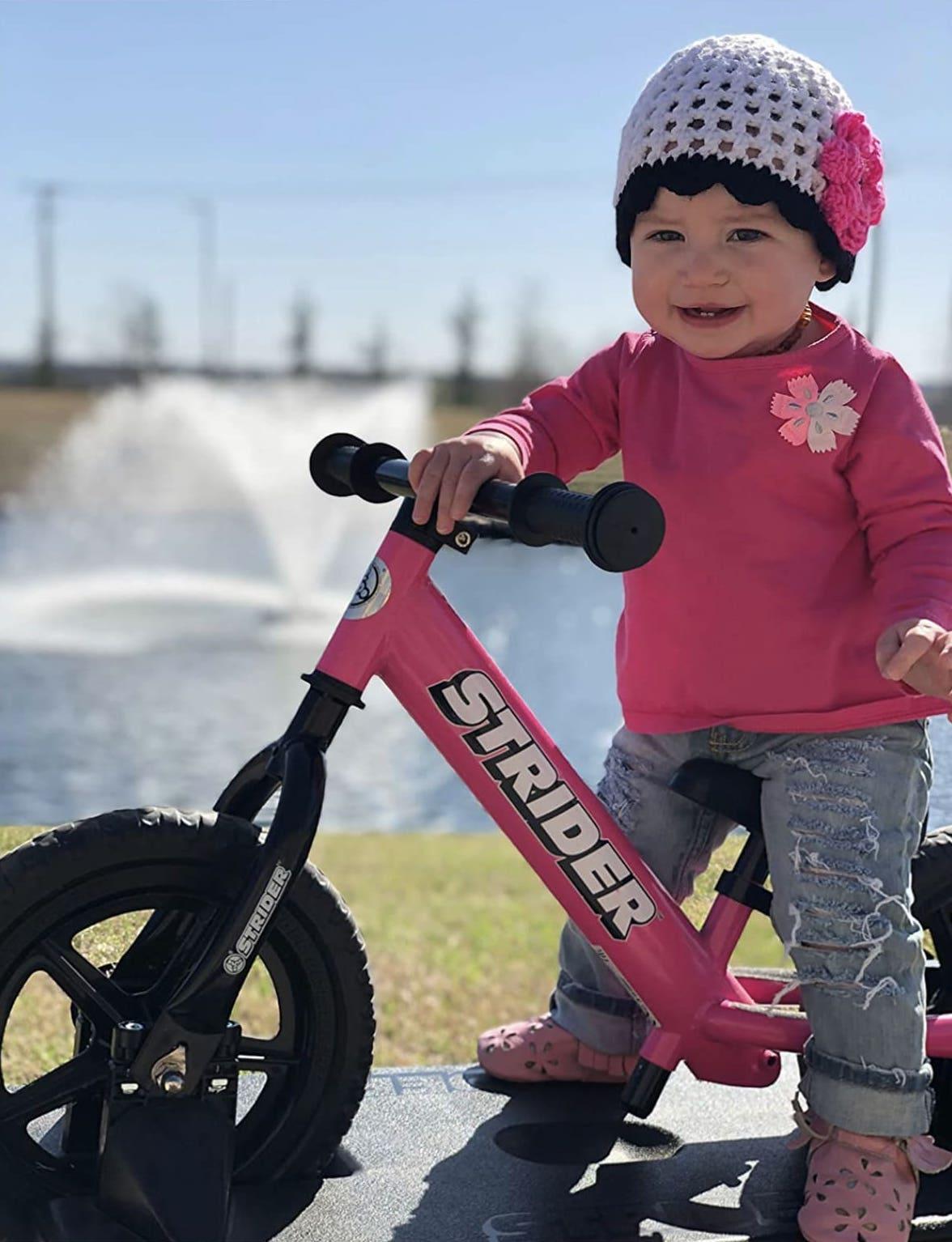 bebé utilizando una bicicleta sin pedales Strider Sport