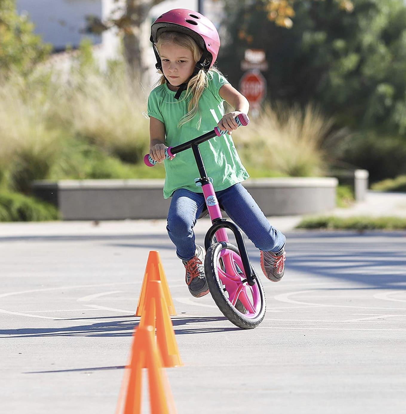 Niña sobre su bicicleta sin pedales Gomo