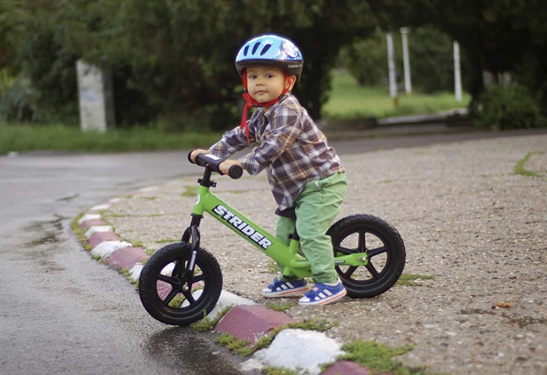 niño montando su bicicletas sin pedales