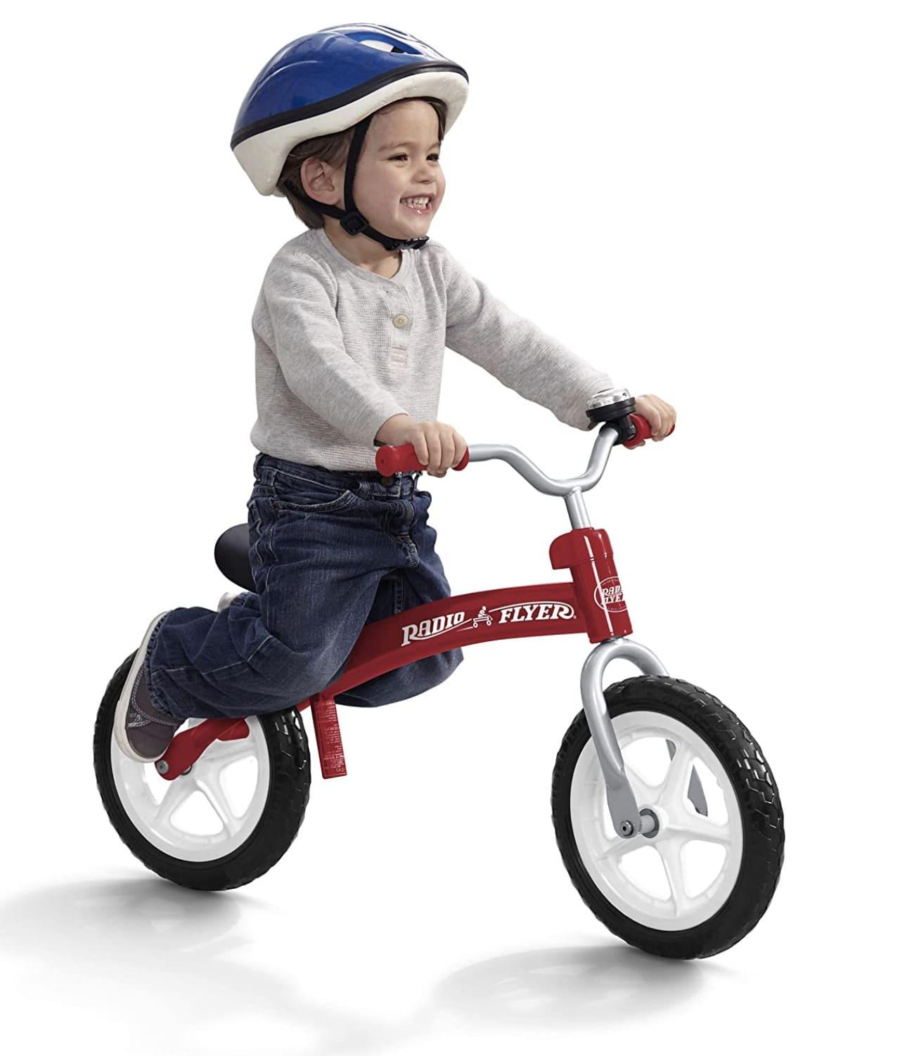 Niño deslizándose es su bicicleta sin pedales