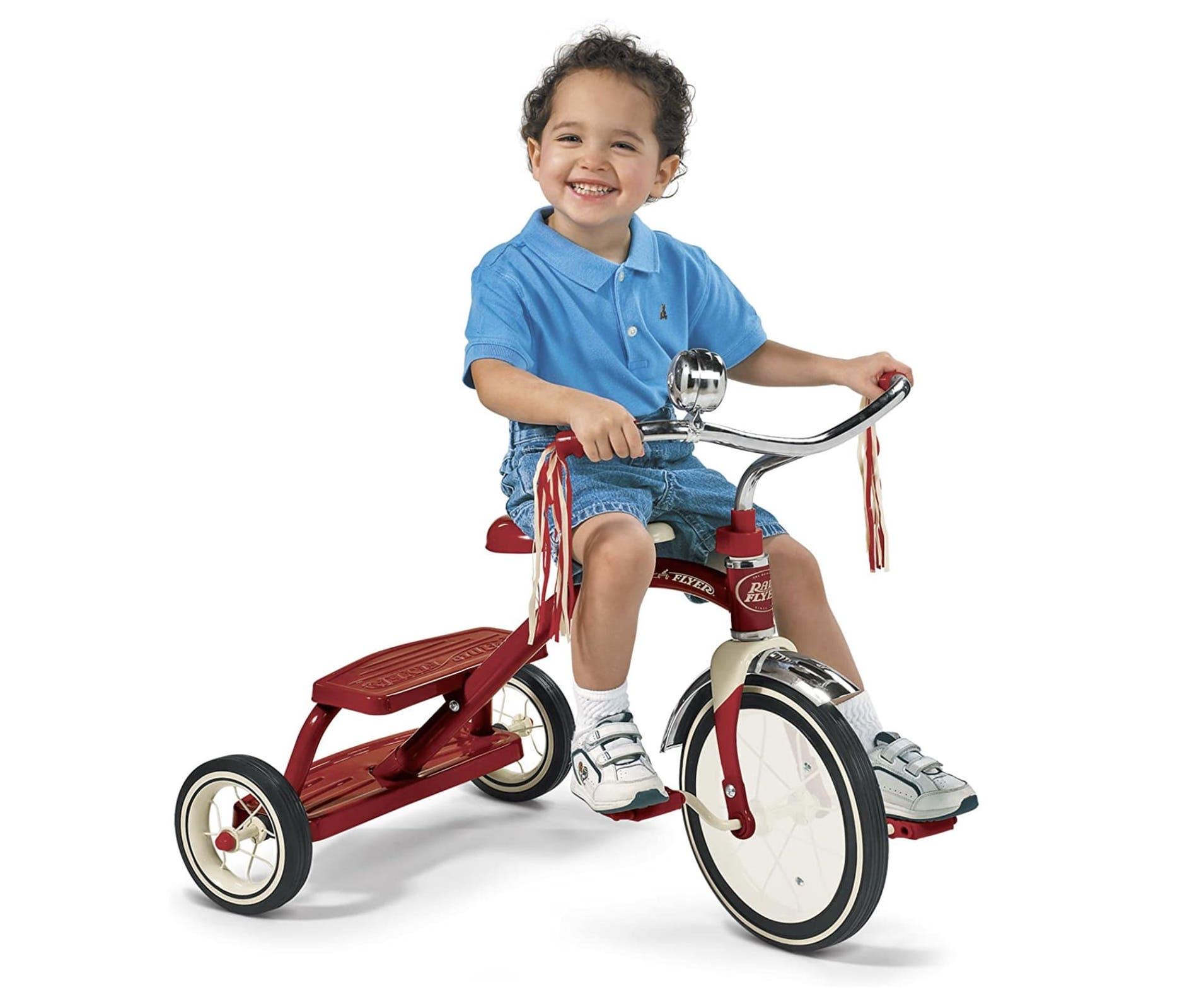 Niño montando en su triciclo Radio Flyer