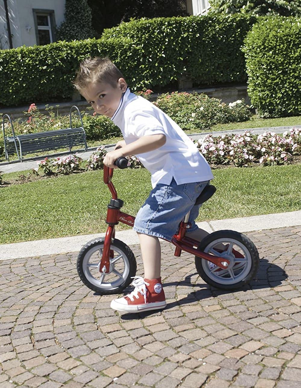 Niño conduciendo su bicicleta sin pedales Chicco