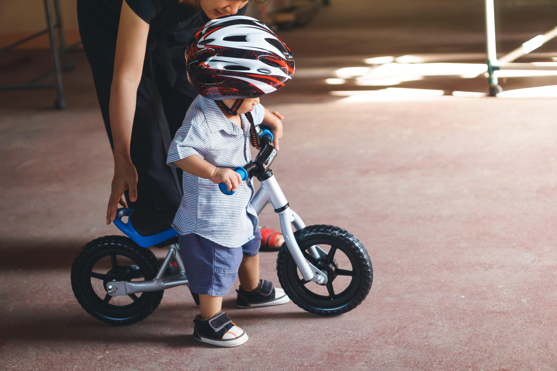Bebé montando en su primera bici sin pedales