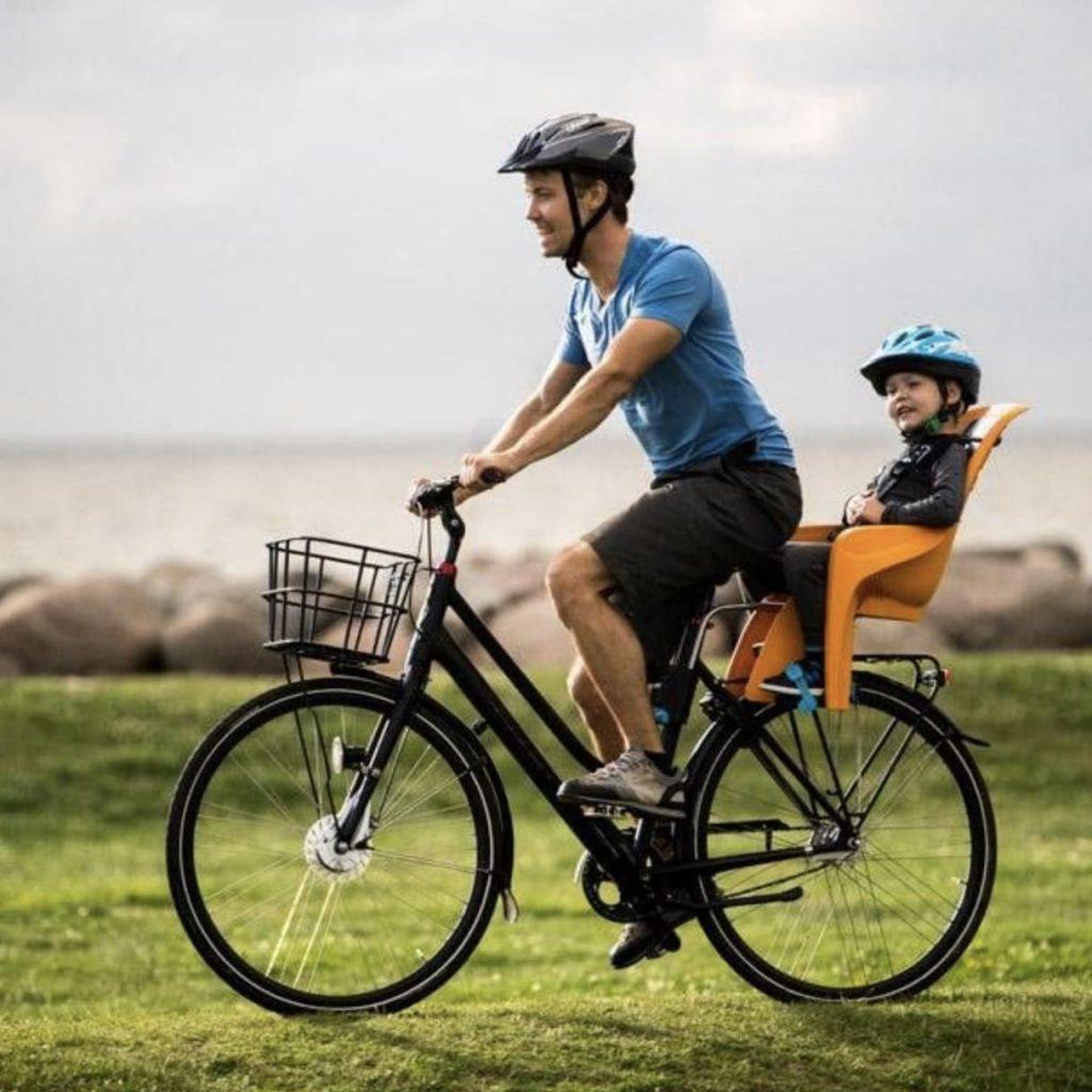 Padre llevando a hijo en Thule RideAlong