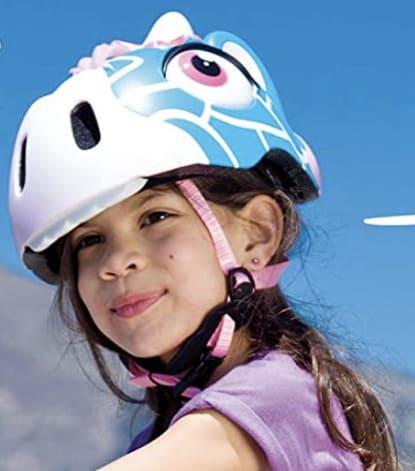 Niña llevando casco de bici niña de animales