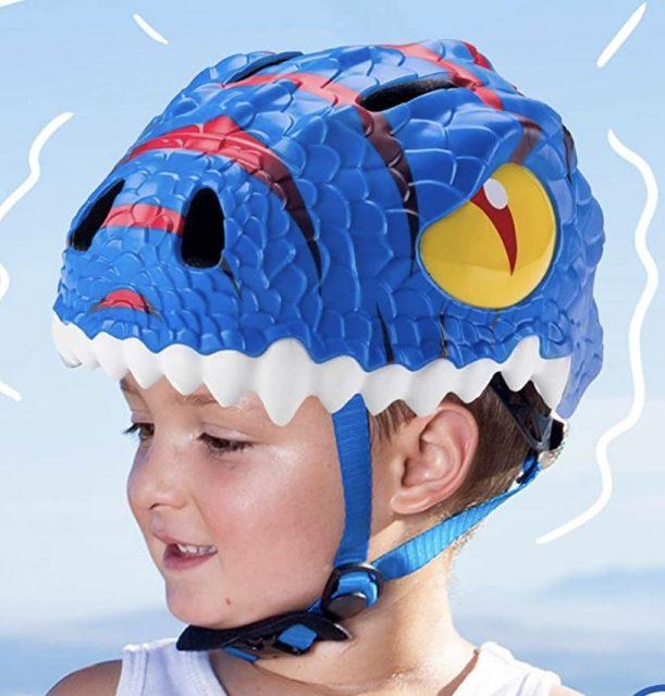 niño con casco bici niño dinosaurio