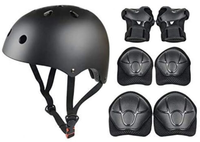 casco bici niño negro con conjunto de protectores
